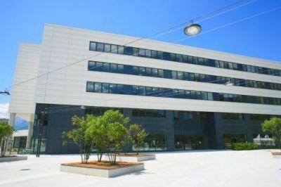 Devant l'entrée du bâtiment Grenoble INP - Phelma